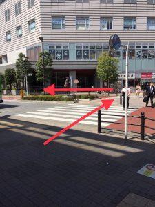 反対側へ渡ったら左に進みます。