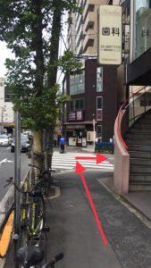 「三ノ輪駅前歯科クリニック」さんを右に曲がります。